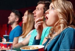 Mensen kijken naar een film in de bioscoop