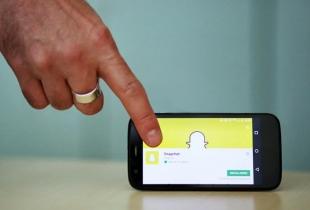 Afbeelding van een hand dat naar een smartphone wijst