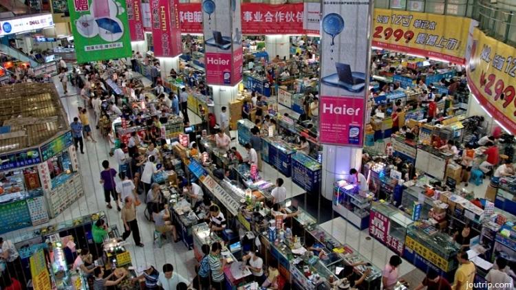 marktplaats voor elektronica in Shenzhen, China vol met mensen en apparaten.