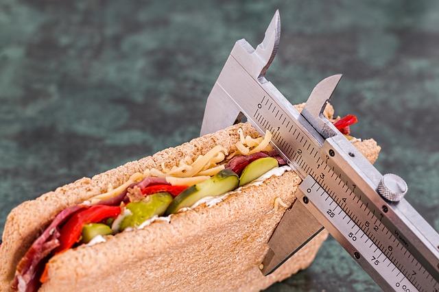 sandwich waarvan de dikte met een meetinstrument gemeten wordt.