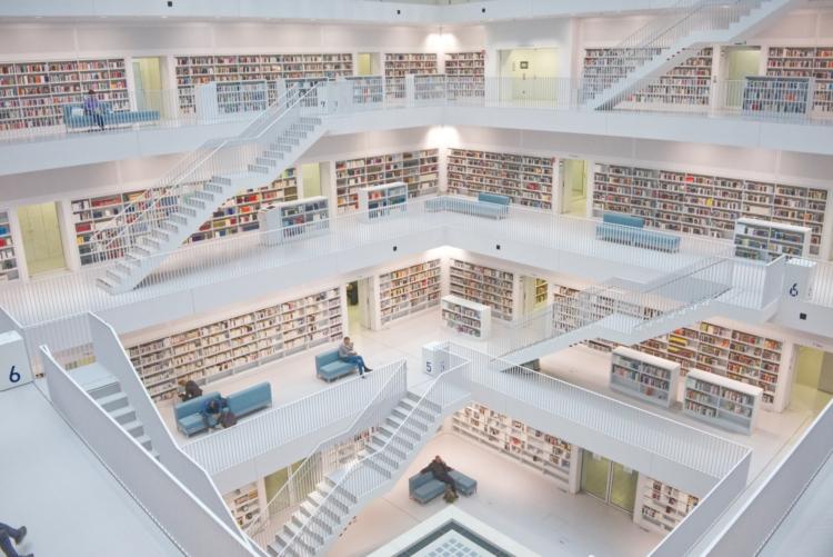 grote bibliotheek met meerdere verdiepingen en interne trappen