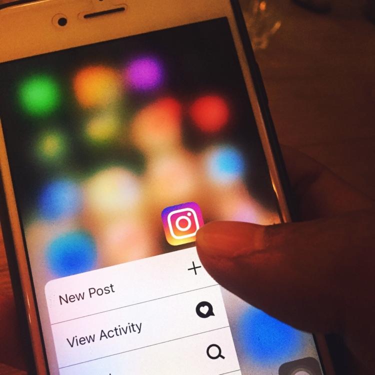 mobiele telefoon met social media pictogrammen en wijsvinger
